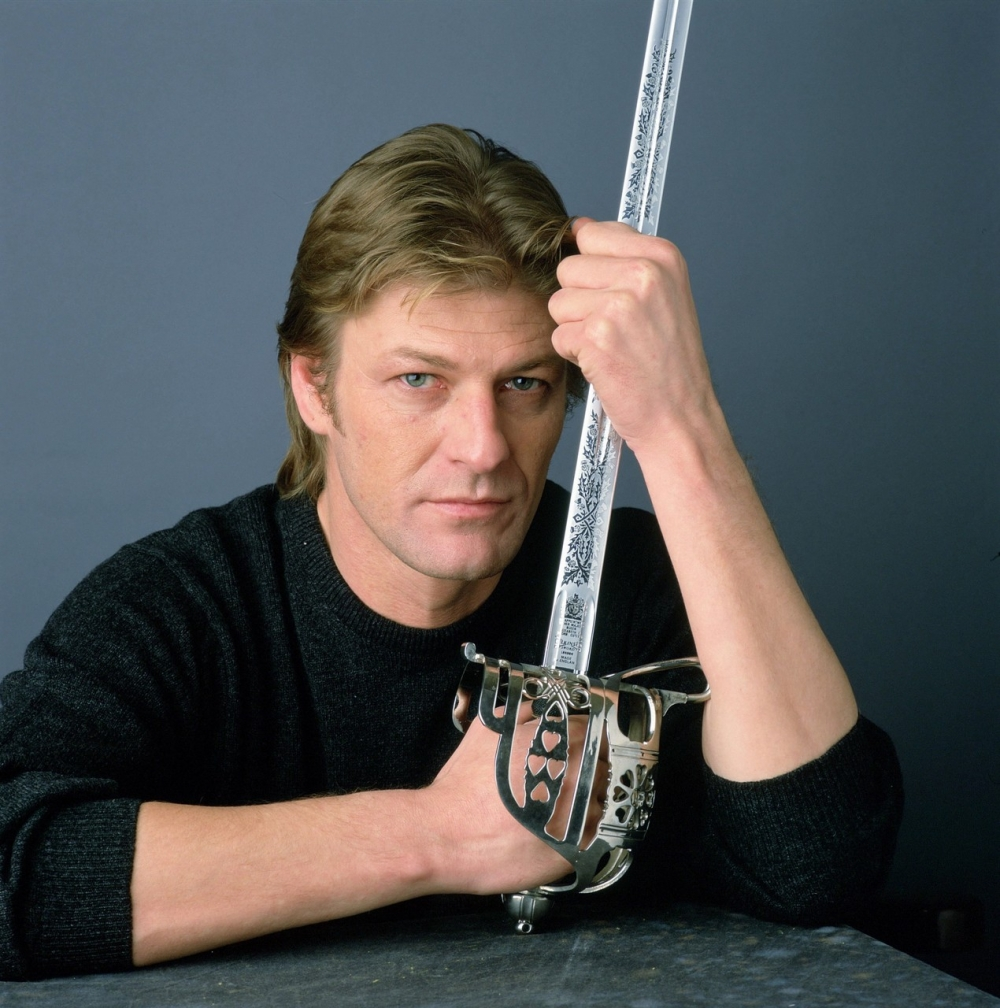Годинник Шона Біна від Омега серед колекції мечів