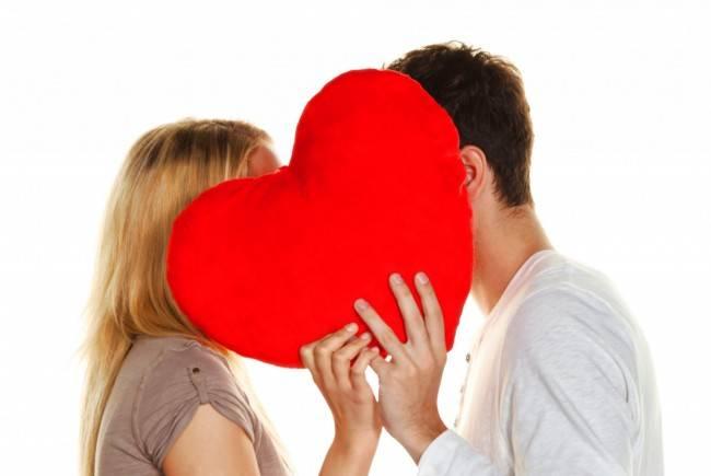 Влюблённая пара с сердцем