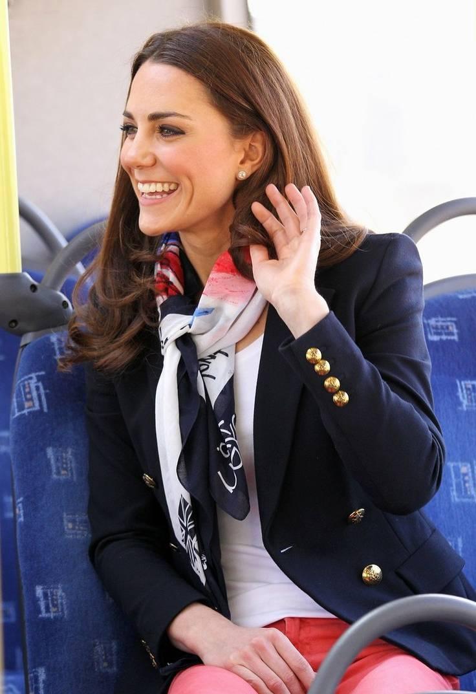 Девушка с шарфом из коллекции Burberry