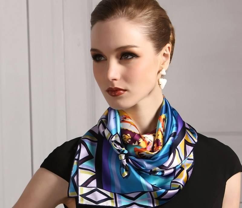 Девушка с шарфом с новой коллекции