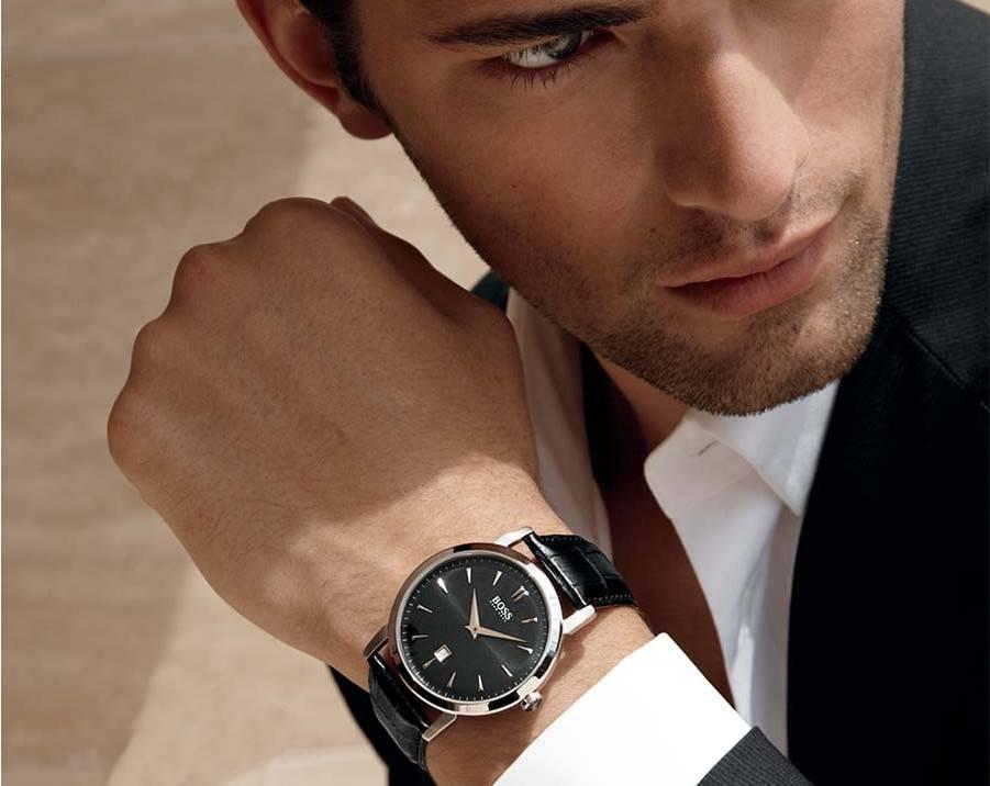 Часы на руке мужчины